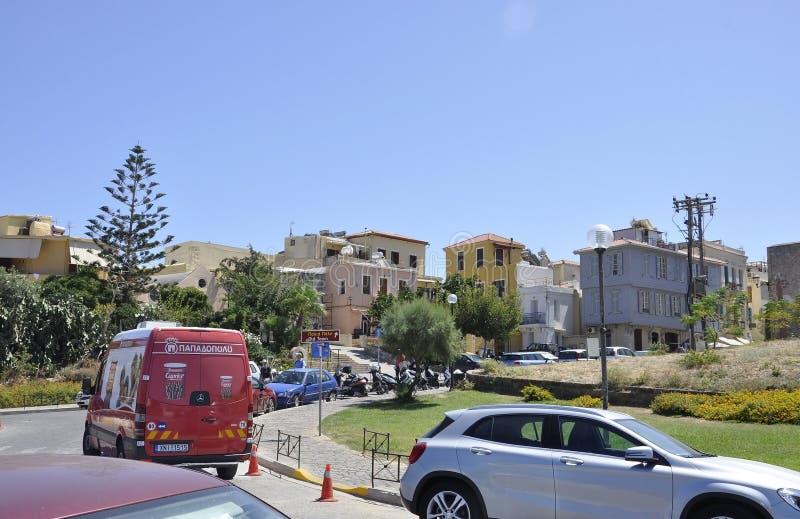 Chania, o 1º de setembro: Opinião da rua da cidade velha com arquitetura Venetian de Chania na ilha da Creta de Grécia foto de stock royalty free