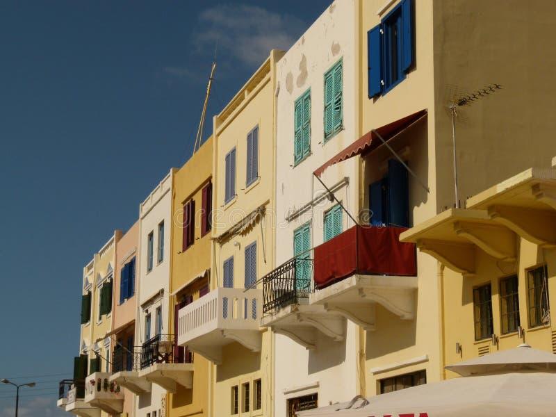 Chaniahuizen met gekleurde blinden en balkons onder een blauwe hemel, Kreta royalty-vrije stock afbeelding