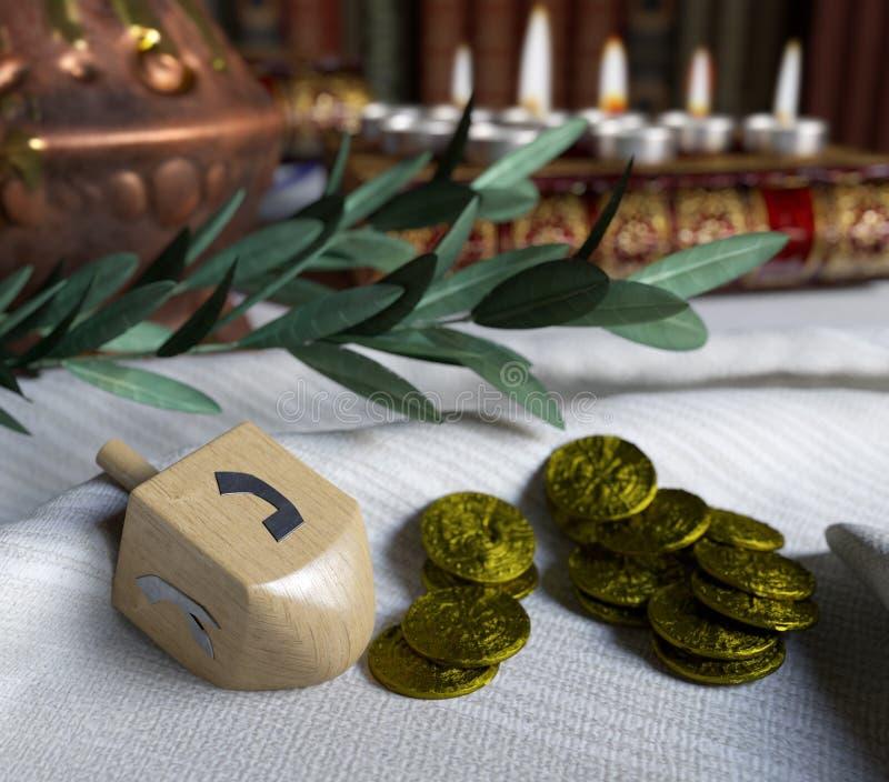 Chanoeka dichte omhooggaand met kaarsen, tol en gouden antieke muntstukken stock foto's