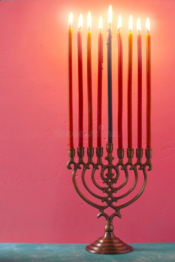 Chanoeka menorah met het branden van kaarsen op de roze verticaal als achtergrond royalty-vrije stock afbeelding