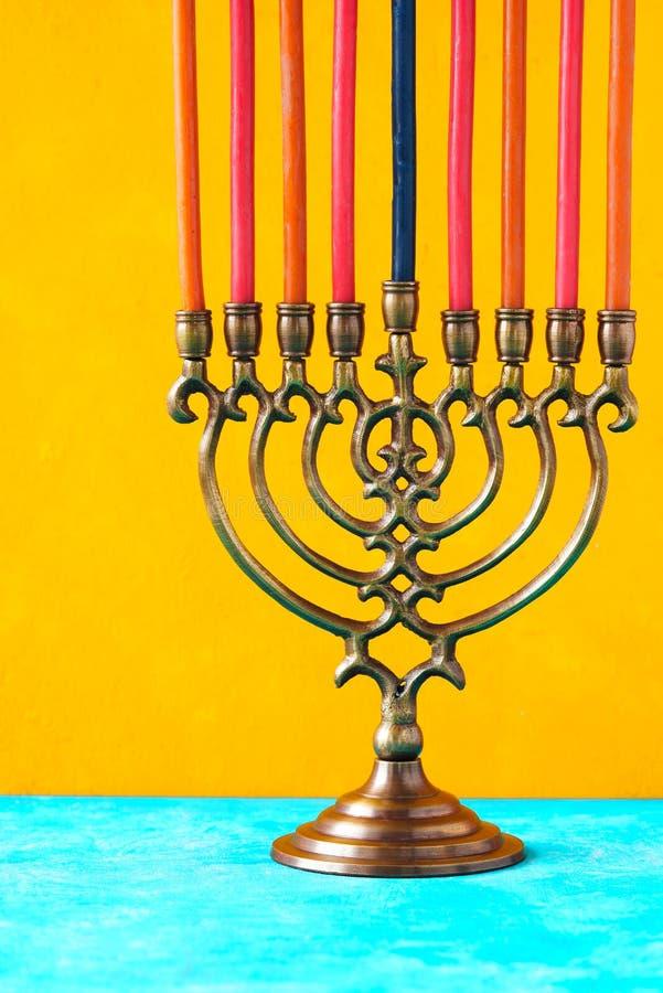 Chanoeka menorah met kaarsen op de gele verticaal als achtergrond royalty-vrije stock foto