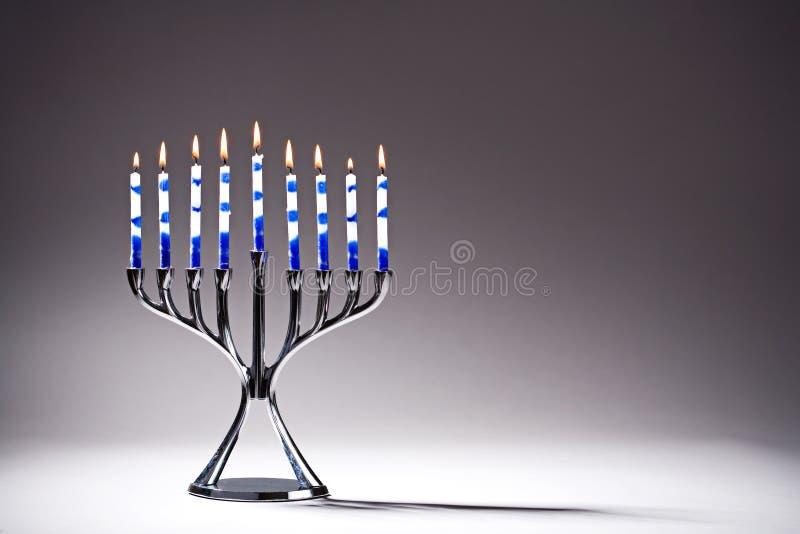 Chanoeka Menorah met Lit-Kaarsen stock afbeelding