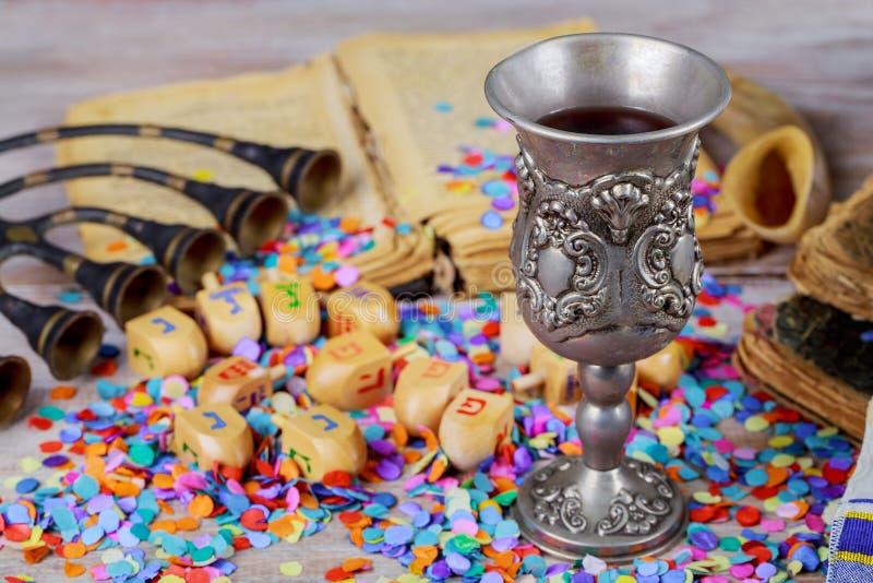 Chanoeka menorah van dreidels in het rustieke plaatsen stock afbeelding