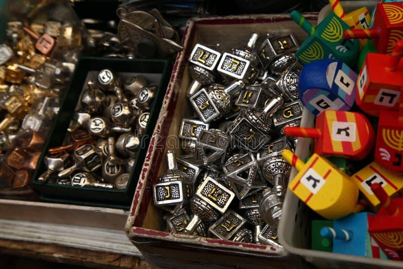 Chanoekahout en metaal dreidels royalty-vrije stock foto's