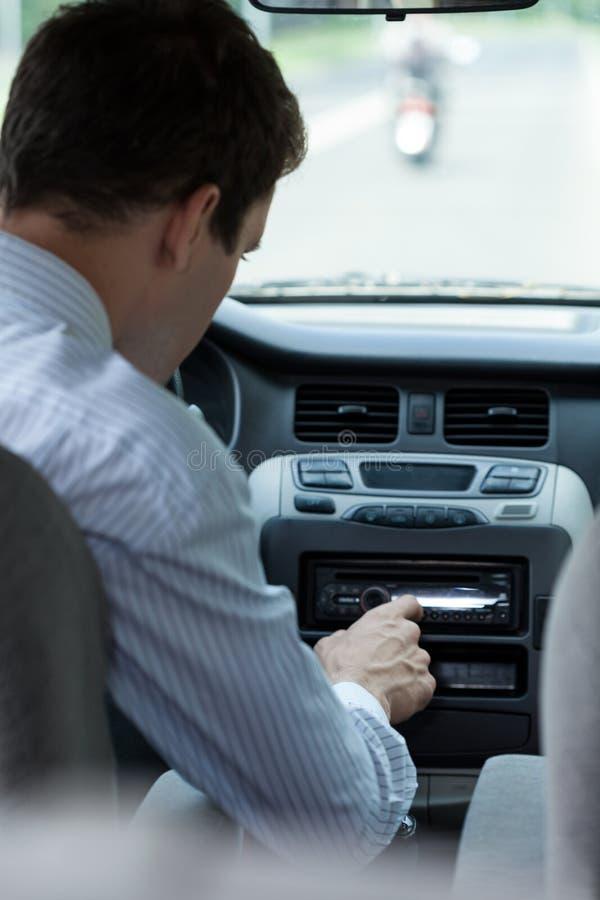 Chanson changeante d'homme dans la voiture photographie stock