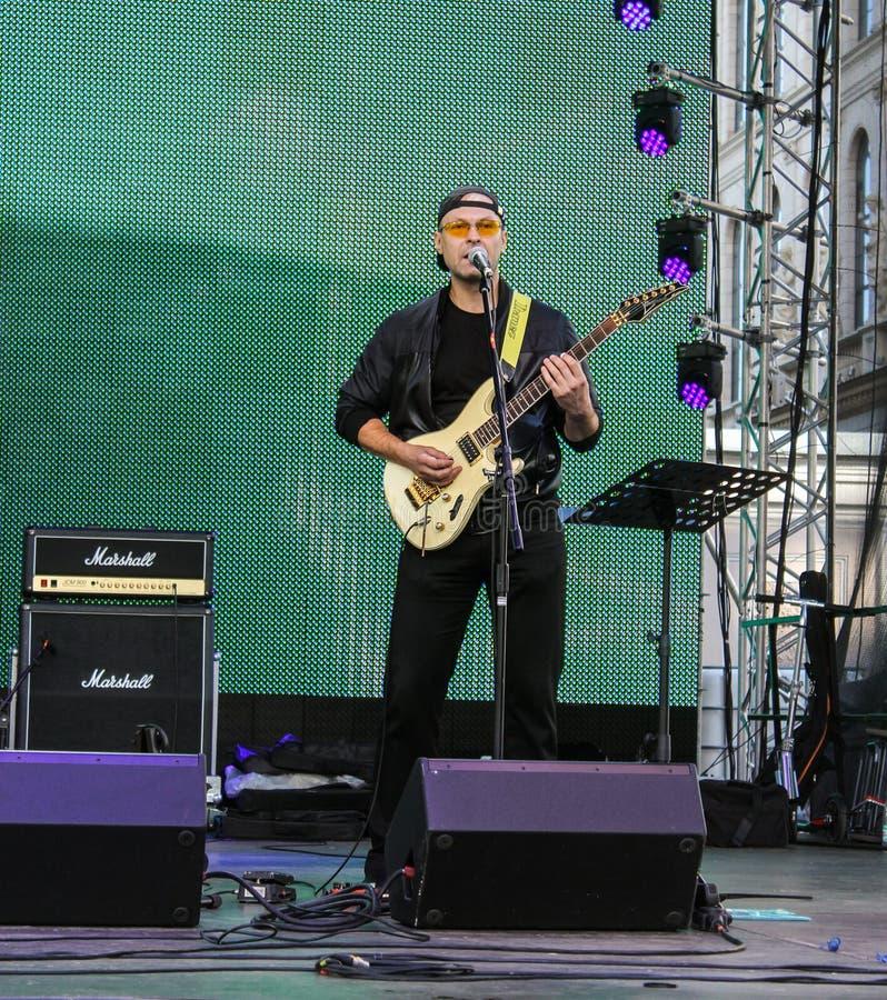 Download Chant Au Guitariste De Microphone Photographie éditorial - Image du musicien, musique: 77154892