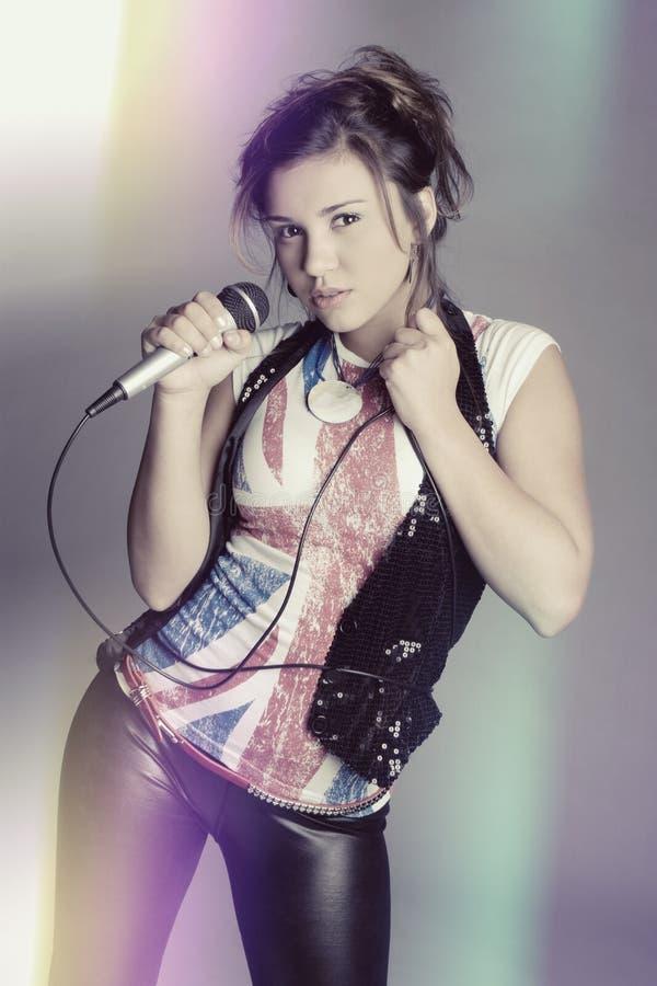 Chant de jeune femme photographie stock