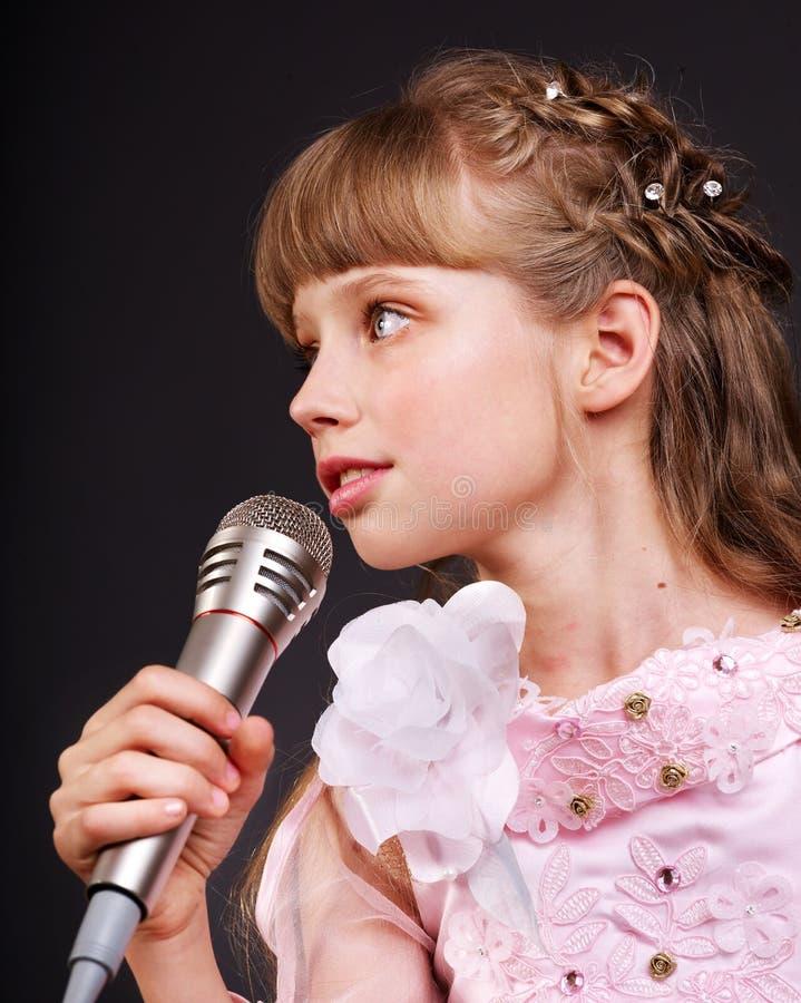Chant de l'enfant dans le microphone. photos stock