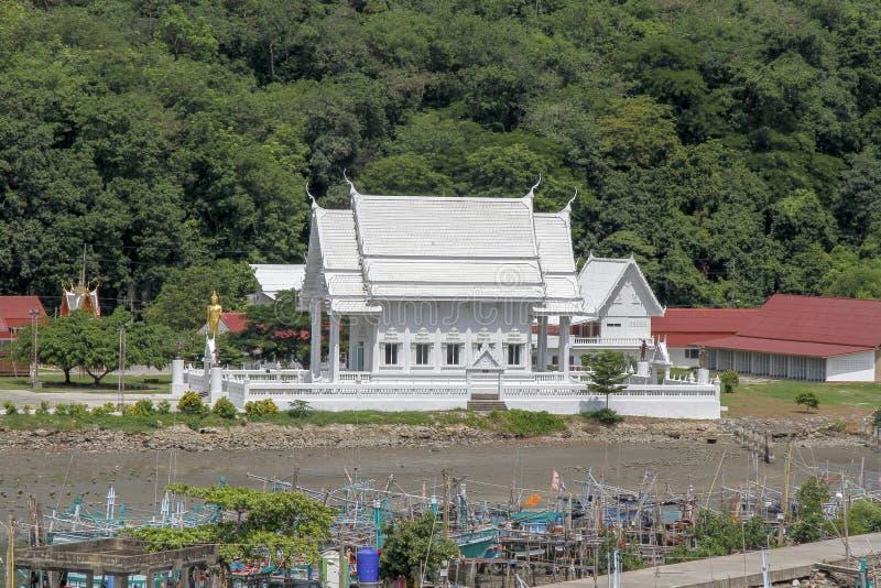 Chantaburi,泰国6月3,2019:在渔夫村庄附近的白色寺庙在泰国的chantaburi的 免版税图库摄影