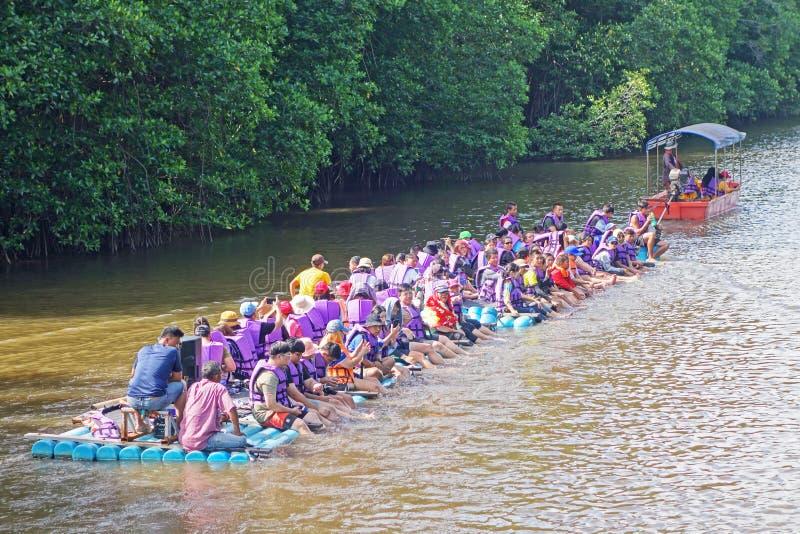 CHANTABuri LAEM SING, THAILAND (26 ИЮЛЯ 2019 ГОДА) Туристы, плавающие на трубе pvc в озере Л стоковые фото