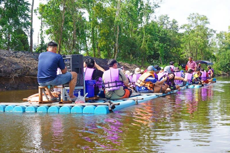 """CHANTABuri LAEM SING, THAILAND 26 ИЮЛЯ 2019 Ð"""". Туристы, плавающие на трубе ПкВ в озере Лем стоковая фотография"""
