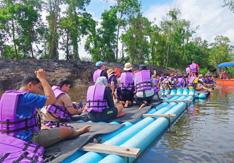 """CHANTABuri LAEM SING, THAILAND 26 ИЮЛЯ 2019 Ð"""". Туристы, плавающие на трубе ПкВ в озере Лем стоковая фотография rf"""