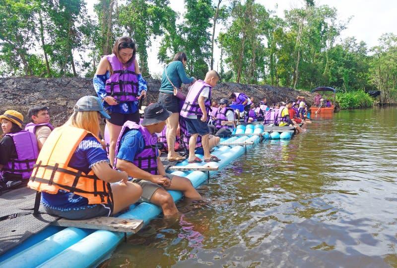 """CHANTABuri LAEM SING, THAILAND 26 ИЮЛЯ 2019 Ð"""". Туристы, плавающие на трубе ПкВ в озере Лем стоковое фото"""