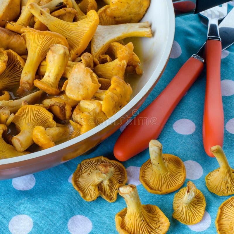 Chanterelles w smaży niecce na stole zdjęcie stock