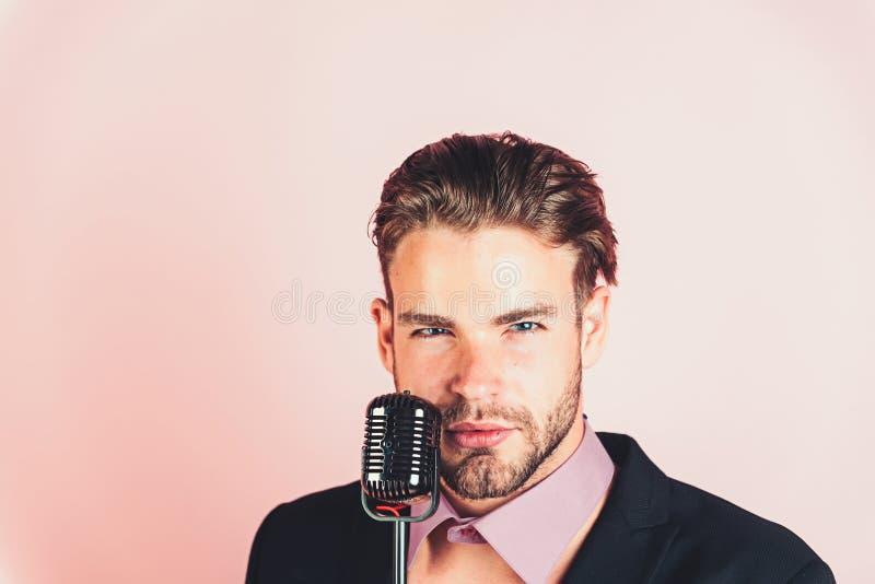 chanteur avec de rétros cheveux élégants, industrie du spectacle image stock