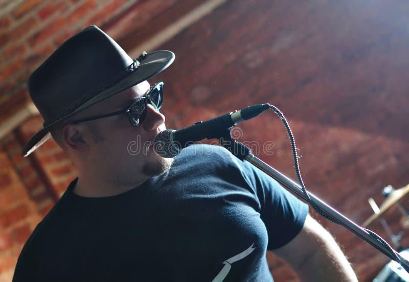 Chanteur avec un microphone image libre de droits