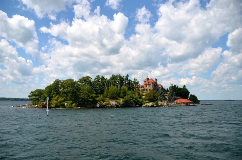 Chanteur Castle situé sur l'île foncée dans le St Lawrence Seaway, l'état de New-York photographie stock