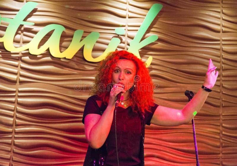 Chanteur de femme chantant à Irkoutsk, Fédération de Russie photos stock