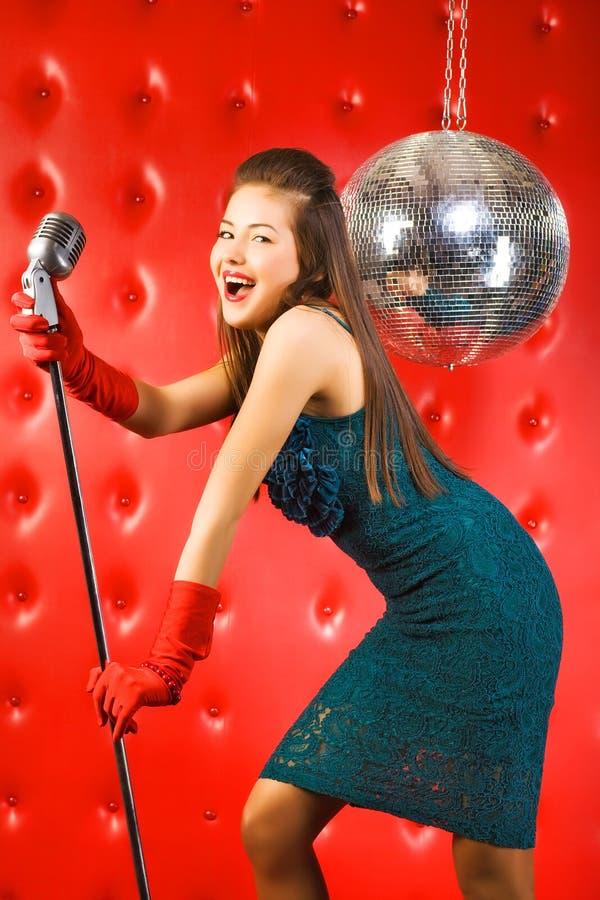 Download Chanteur de jeune femme photo stock. Image du divertissement - 8650082
