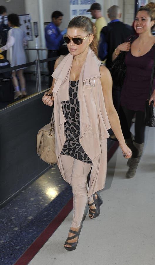 Chanteur Fergie de Black Eyed Peas à l'aéroport de LAX image libre de droits
