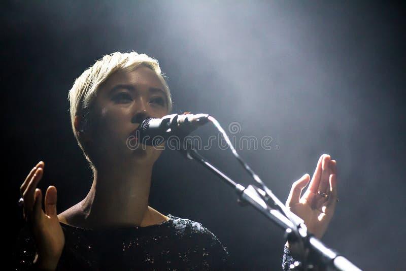 Chanteur nu et célèbre Alisa Xayalith photographie stock libre de droits
