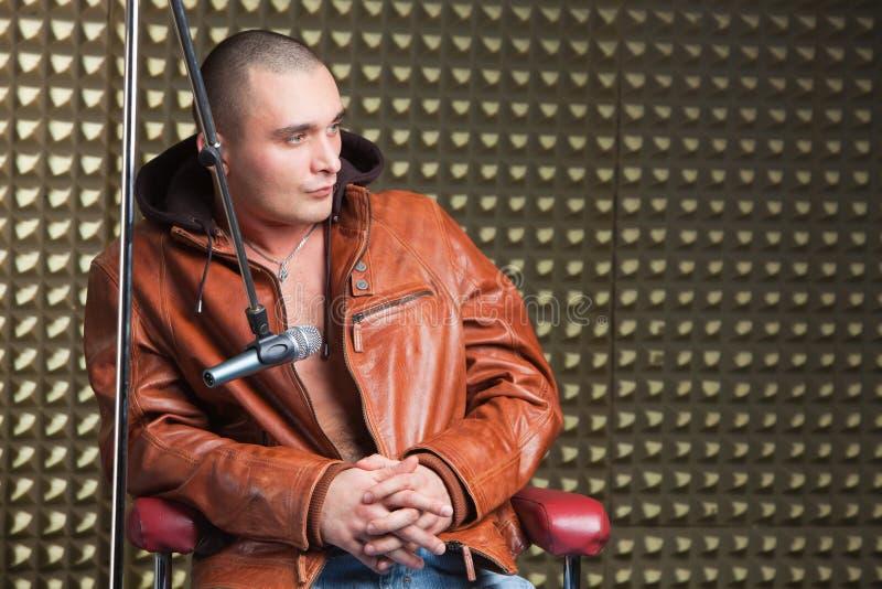 Chanteur s'asseyant dans le studio d'enregistrement photographie stock libre de droits