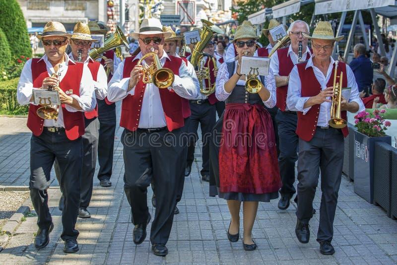 Chanteurs de fanfare, allemands ethniques, jouant aux instruments de musique image stock