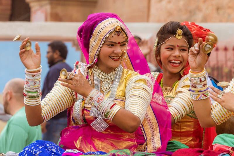 Chanteurs de femmes sur un chariot de chameau image stock