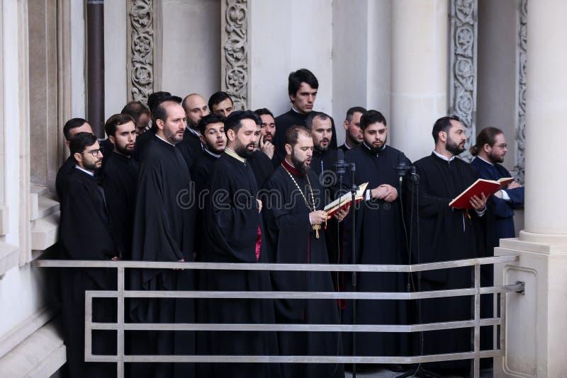 Chanteurs religieux orthodoxes roumains de choeur pendant un cortège de pèlerinage de dimanche de paume à Bucarest photo stock
