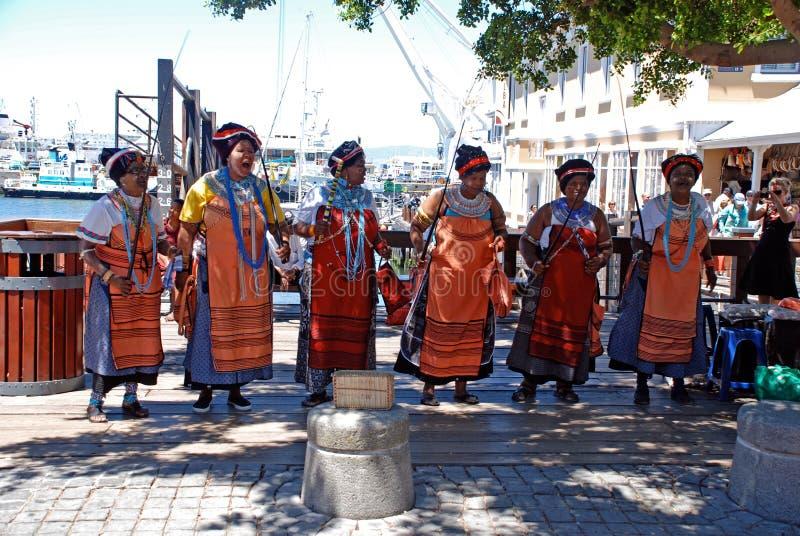 Chanteurs tribals africains sur le bord de mer à Capetown, Afri du sud photos stock