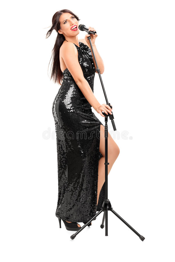 Chanteuse élégante chantant sur le microphone image libre de droits