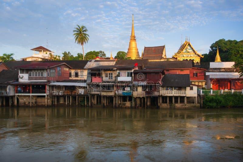 Chanthaboon Waterfront Village in sonniger Zeit mit blauem Himmel in Chanthaburi, Thailand lizenzfreie stockfotografie