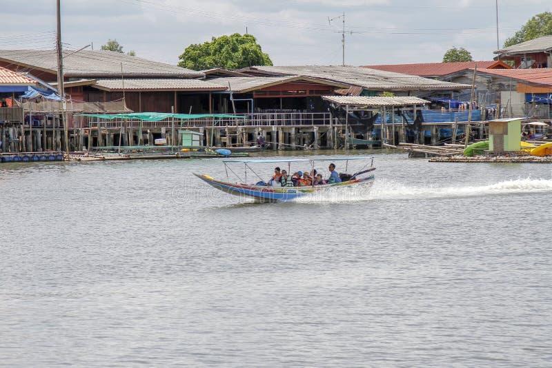 Chanthaburi, 1,2019 Ταϊλάνδη-Ιουνίου: Η λέμβος ταχύτητας μπροστά από το όνομα ψαροχώρι το χωριό Chanthaburi, Ταϊλάνδη κανένας-εδά στοκ εικόνα