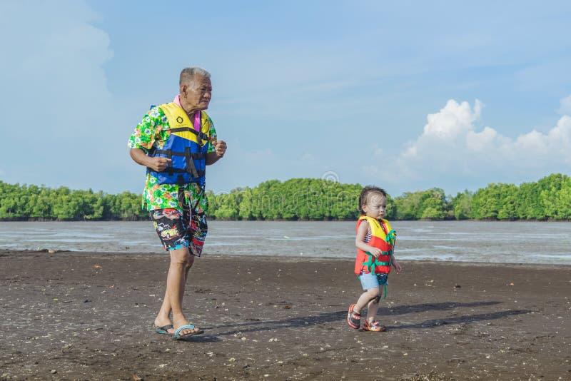 CHANTHABURI, ТАИЛАНД: Перемещение туристов 15-ОЕ АПРЕЛЯ 2019 неопознанное, который нужно ослабить на части tombolo моря на 15,201 стоковые фотографии rf