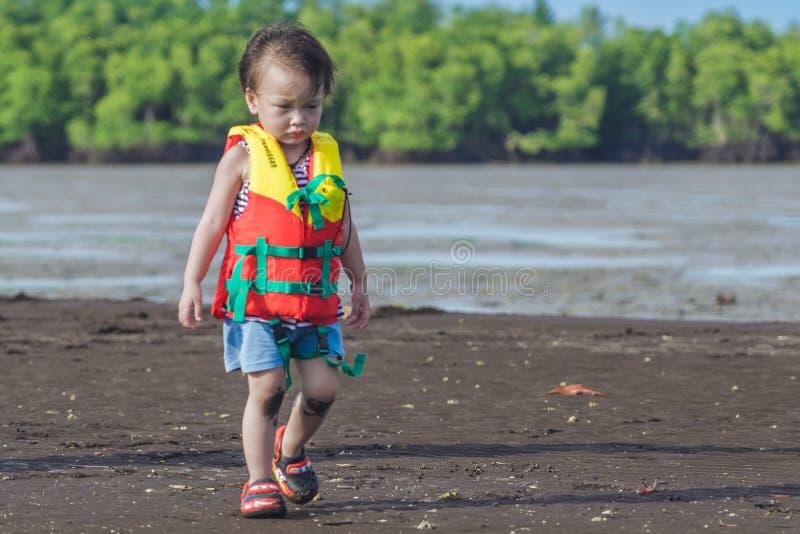 CHANTHABURI, TAILÂNDIA: Os turistas não identificados da criança do 15 DE ABRIL DE 2019 viajam para relaxar na peça do tombolo do fotografia de stock royalty free