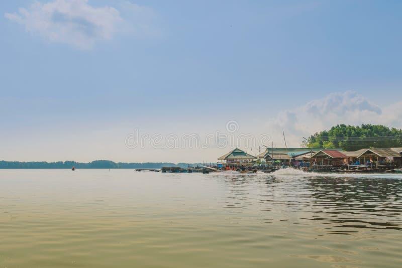 CHANTHABURI, TAJLANDIA: KWIECIE? 16, 2019 sceneria wioska rybacka ziemi wioska na Kwietniu 16,2019 przy uderzeniem Chan, Khlung, zdjęcie stock