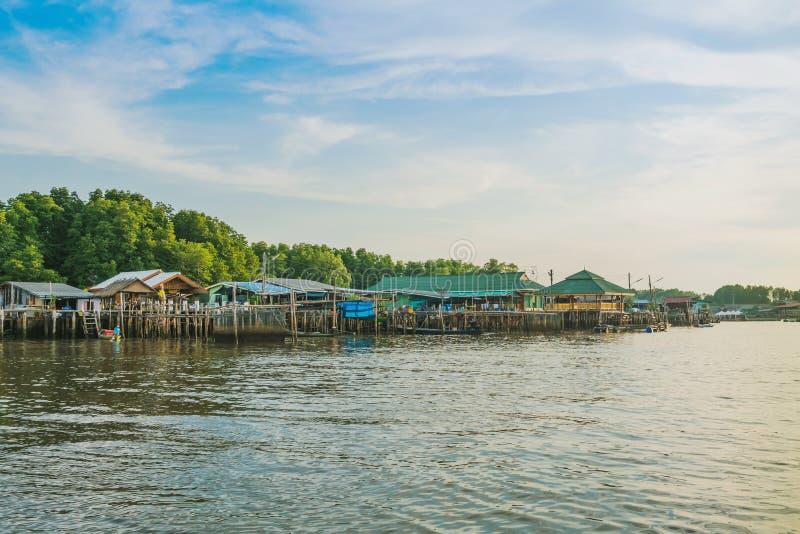 CHANTHABURI, TAJLANDIA: KWIECIE? 15, 2019 sceneria wioska rybacka ziemi wioska na Kwietniu 15,2019 przy uderzeniem Chan, Khlung, obraz royalty free