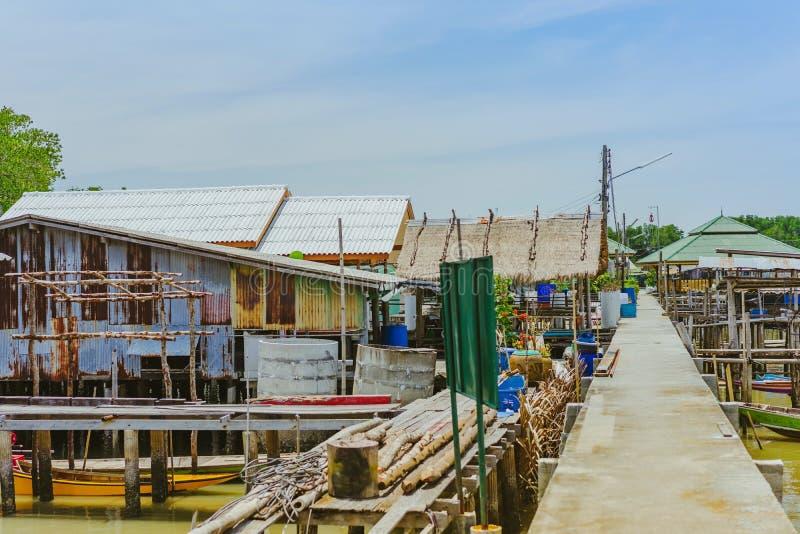 CHANTHABURI, TAJLANDIA: KWIECIE? 15, 2019 sceneria wioska rybacka ziemi wioska na Kwietniu 15,2019 przy uderzeniem Chan, Khlung, obrazy royalty free
