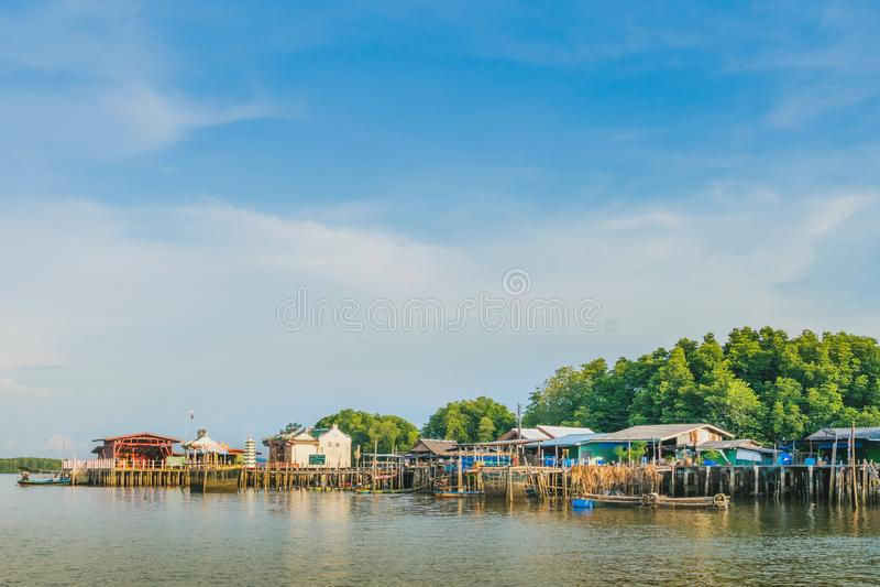 CHANTHABURI, TAJLANDIA: KWIECIE? 15, 2019 sceneria wioska rybacka ziemi wioska na Kwietniu 15,2019 przy uderzeniem Chan, Khlung, fotografia royalty free