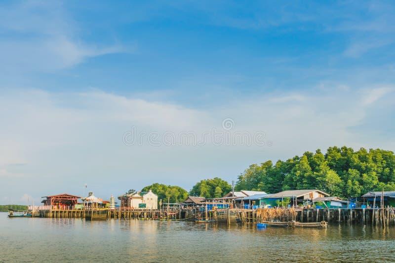 CHANTHABURI THAILAND: APRIL 15, 2019 landskap av fiskel?get denland byn p? april 15,2019 p? sm?llen Chan, Khlung, royaltyfri fotografi