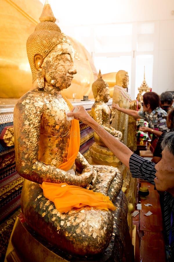 Chanthaburi, Thailand - 11. Mai: Thailändische buddhistische Leute, die cov tun stockbilder