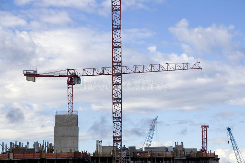 Chantier de construction avec des grues image libre de droits