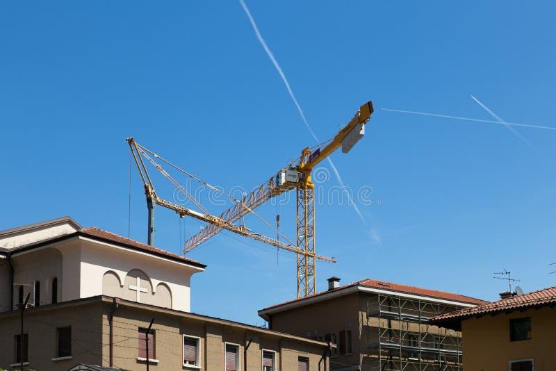 Chantier de construction avec deux grues à tour jaunes photo stock
