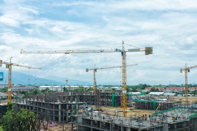 Chantier de construction avec la construction de grues photographie stock