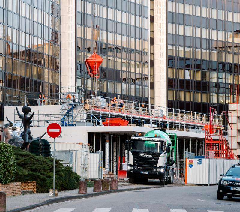 Chantier de construction avec le camion de mélangeur de ciment de Scania G410 images libres de droits