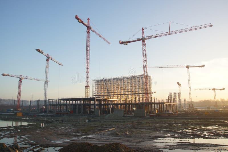Chantier de construction avec plusieurs grues images stock