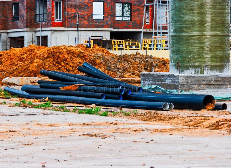 Chantier de construction avec quelques tuyaux se trouvant sur terre photo libre de droits