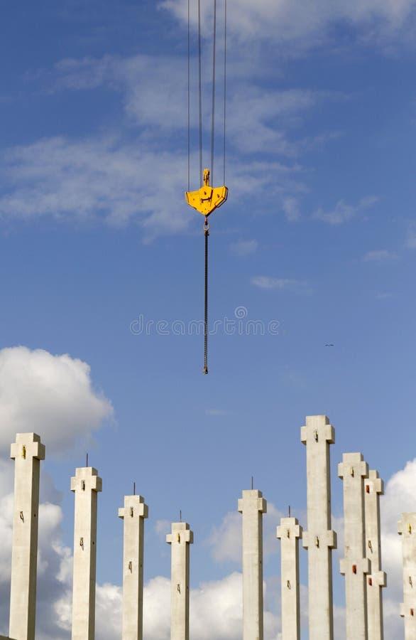 Chantier de construction avec un crochet et des piliers de grue photo libre de droits