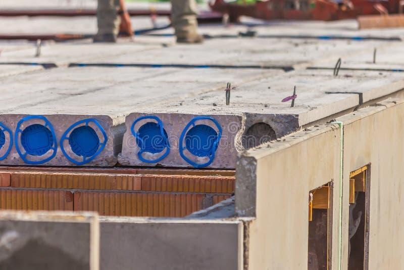 Chantier de construction de béton préfabriqué avec les dalles creuses de noyau et les murs solides photos libres de droits