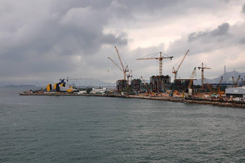 Chantier de construction d'un nouveau secteur de port de Hong Kong avec beaucoup de grues photos libres de droits